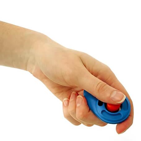 Mano sosteniendo lo que es el clicker