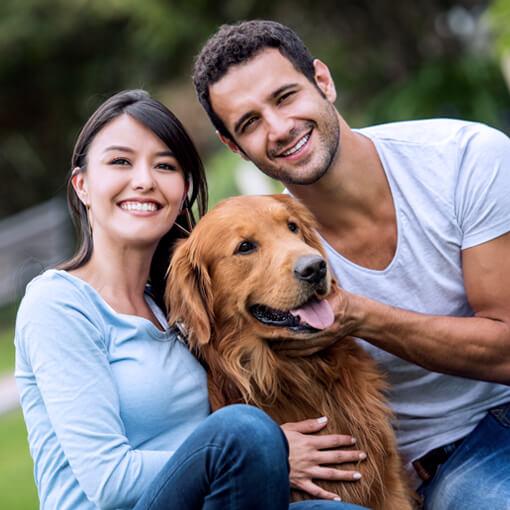Pareja con su perro en el parque